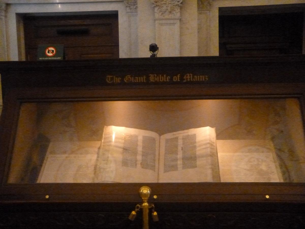 6 The Gutenberg and Mainz Bibles, de 2 kostbaarste boeken van deze bibliotheek. Gutenberg Bible, eerste druk (Mainz, Germany ca 1450)