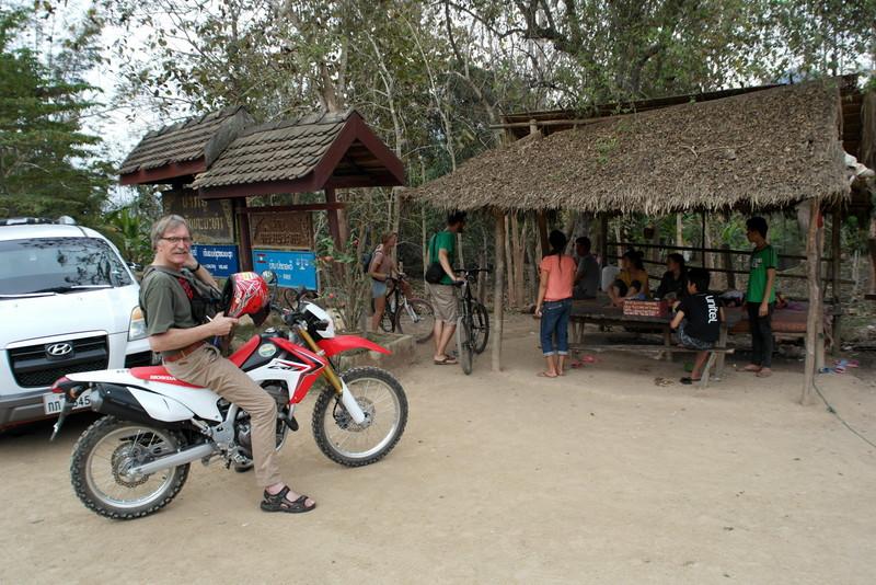 06 ... aankomst in dorpje bij de Tham Ting Caves