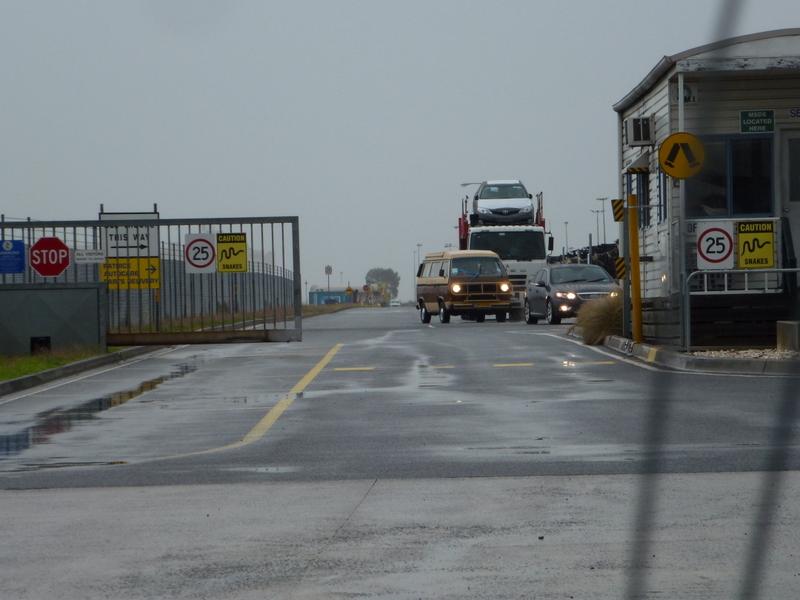 109 Maandag 22 april Wim in ons VW busje bij de uitgang van de haven van Melbourne !