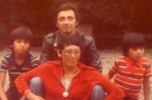 01 1975 vader Luis en moeder Enelis (Nellie) Aranda - Reyes met hun kinderen Marco (8) en Omar (5) in Nederland, Deventer