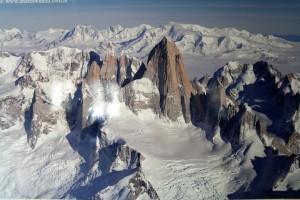 07 in het informatiecentrum bewonderen we de top van de Fitz Roy (3373 m) en de granieten piek Cerro Torre (3128 m)