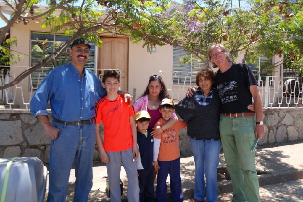 31 samen voor het huis van vader Luis en moeder Nellie Aranda - Reyes. vlnr Marco, Lautaro, Nicolas, Claudia, Martin, Nellie, Wim