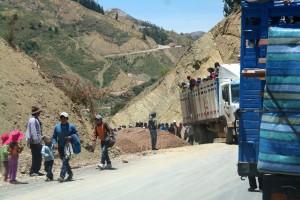 01 Vanuit Sucre op weg naar La Paz, Route 6 de hoofdroute waar we 3 dagen over doen, vol afwisseling. Regelmatig een stop vanwege wegwerkzaamheden en vele medereiziges op de been