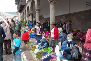 26 kerstmarkt, verkoop van kruiden en lokale producten in de zuilengalerijen van de koloniale gebouwen aan twee kanten van Plaza de Armes