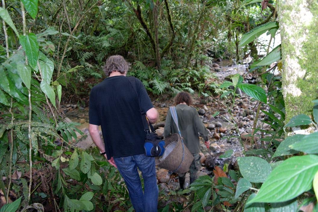 04 Francisco gaat ons voor naar zijn cacaoplantage waar hij samen met zijn vrouw en familie druk is met oogsten van de cacaovruchten