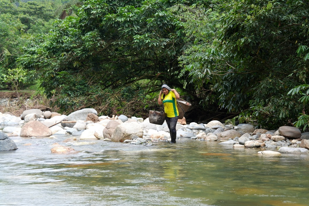22 Anna kijkt even om of wij haar wel kunnen volgen door de rivier