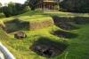 32 Op deze heuvels en aarden wallen bouwden de San Agustín-indianen talrijke grafheuvels en dolmen, die sarcofagen en beeldhouwkunst bevatten