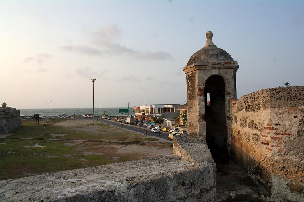 16 de oude stad omringd door Las Murallas, dikke muren gebouwd om het te beschermen tegen vijanden. De bouw begon aan het eind van de 16e eeuw