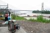 16 verkoopster van huevos de codornis (kwarteleitjes) en zicht op de Rio Napo