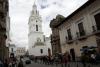 32 straat leven rondom de toren van de Catedral de Metropolitana de Quito en rechts daarvan Iglesia El Sagrario