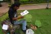 22 kunstenaar maakt tekening van lijden van Christus op bladeren tijdens deze Paasdagen