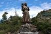 08 Sculptuur van de inheemse vrouw en Rosa Maria Mueses dochter (ca 1754) zij zag Onze-Lieve-Vrouw Maria in deze kloof, sindsdien bedevaart