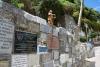 09 de muren aan weerszijden van de ingangen van het heiligdom, zijn vol van ex-voto's en platen met dank voor gunsten ontvangenSAM_3714