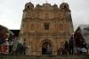10 rijk versierde voorgevel van de Santo Domingo-kerk in San Cristobal, op het plein eromheen staat een kunsthandwerkmarkt uitgestald