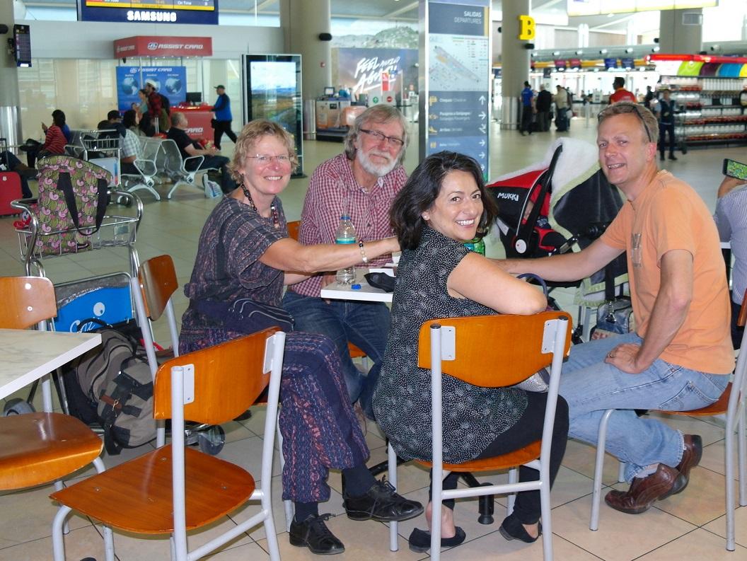 03 op de airport in Quito, voor ons vertrek nog even gezellig met elkaar en uitgezwaaid door onze neef Leen en Jimena en Dante