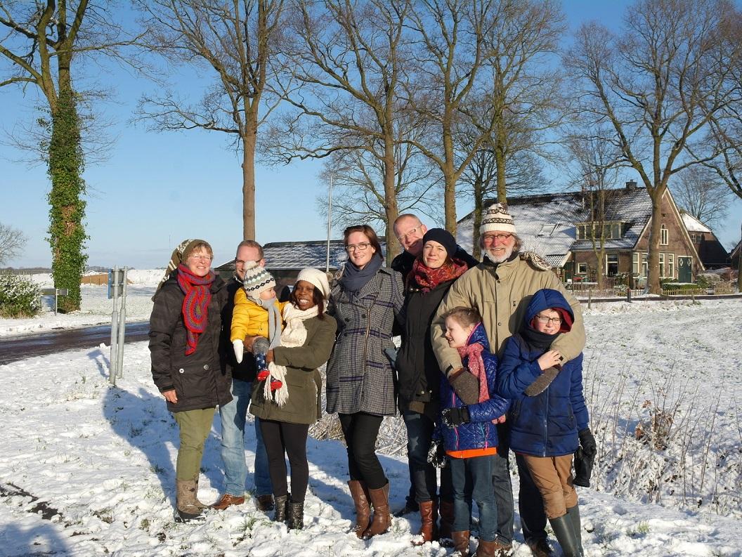 06 Sneeuw bij aankomst in Lheebroek, volop genieten van ons weekend samen .v.l.n.r. Willie, Michael, Mikay, Mariam, Simone, Wiebe, Inge, Zé, Wim en Jules