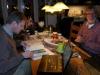 07 Gerard en Wim samen aan tafel. We hebben elkaar veel te vertellen en hopen de komende weken onze reisverslagen met de foto's tot en met Quito te versturen.
