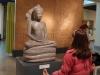 18 Boeddha zittend in dhyana mudra, samen met meisje een en al aandacht!