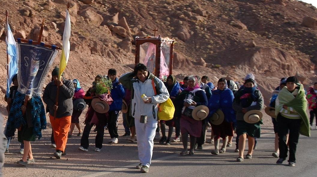 04 Vanuit het dorpje in de vroege ochtend een Maria Processie