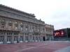 08 theater, prachtige bouw met groot promotie beeldscherm op het plein