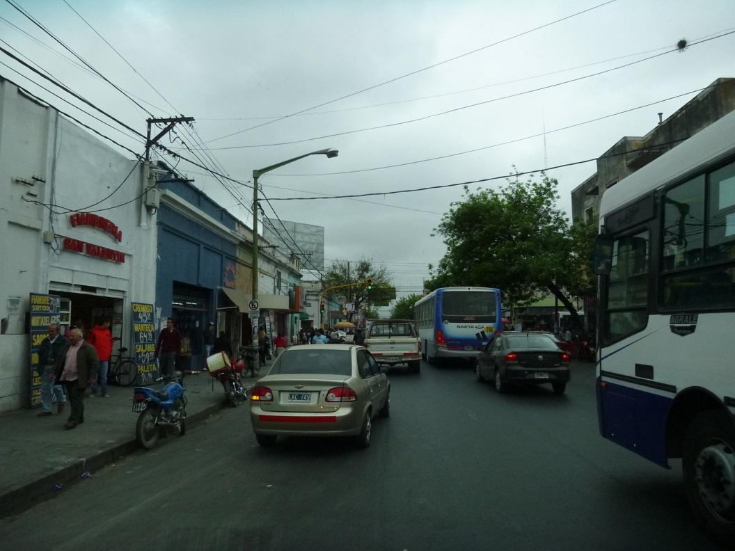 18 Salta, volle straatjes, op zoek naar de stads Camping