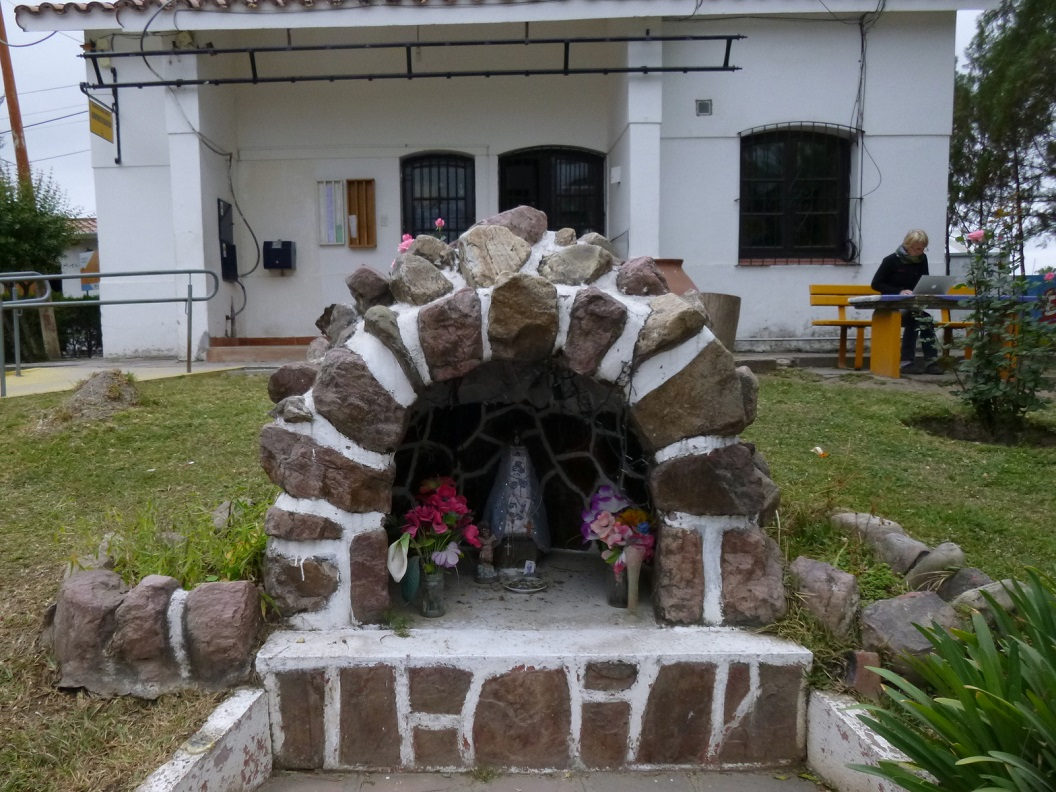 20 Bij de receptie een Maria Kapelletje met dagelijks verse bloemen en 's nachts verlicht