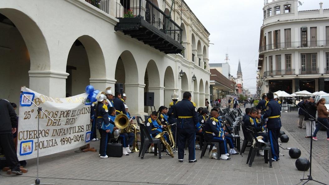 15 voorbereidingen voor 25 jaar bestaan van het jeugd politiekorps. In de namiddag uitbundig gevierd samen met de jeugdkorpsen uit de regio Salta