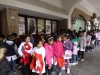 09 schoolkinderen wachtend bij ingang theater voor ballet voorstelling. Kinderen leren al jong actief deel te nemen en kennis te maken met cultuur