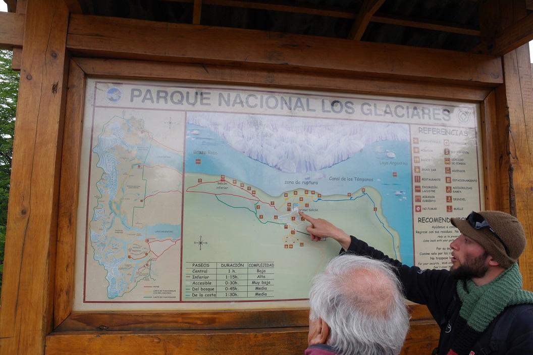 09 uitleg van de wandelroute , de uitkijkplatforms en de plankieren pal tegen over het meest dynamische ijswonder, Glaciar Perito Moreno