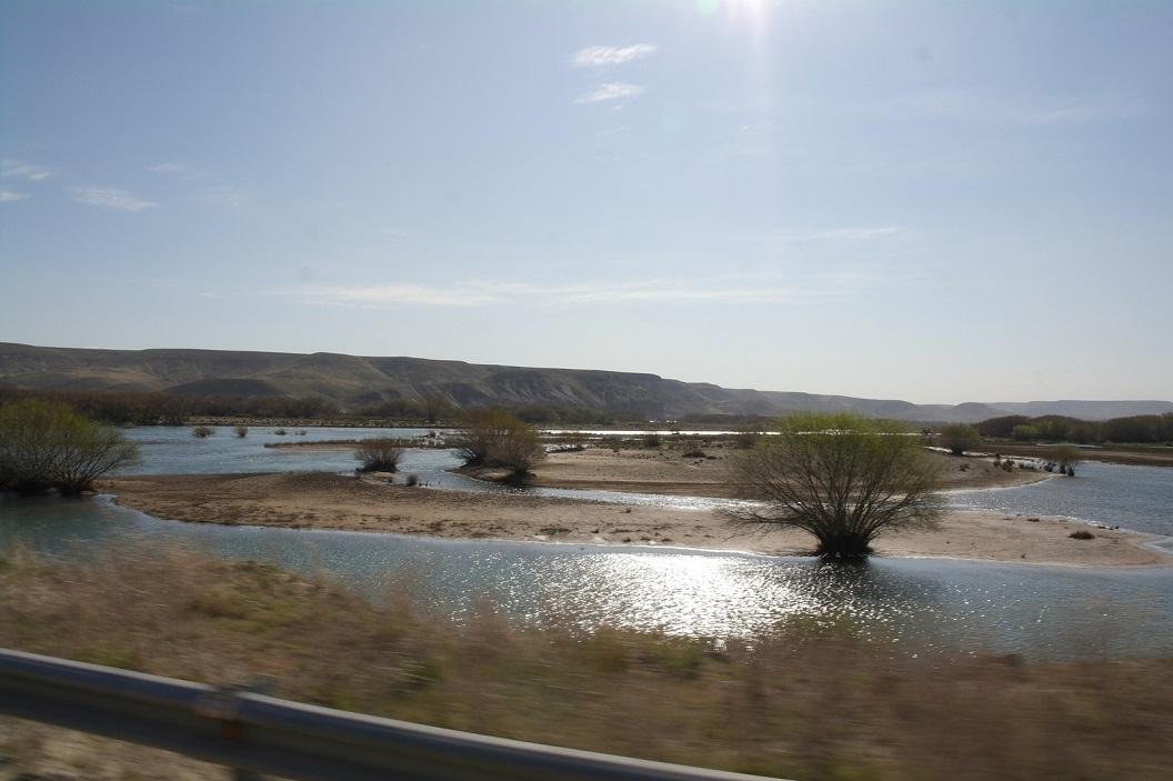 zicht op meanderende rivier, Rio Colon Cura