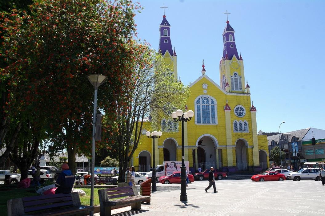 26 Iglesia de Castro op de Plaza in van Castro. De met kunstige muurpannen bedekte houten kerken zijn door Unesco uitgeroepen tot Werelderfgoed