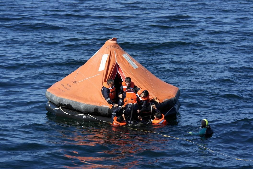 35 oefing in de haven, reddingszwemmen, van de plaatselijke opleiding voor de scheepsvaart van Chonchi