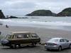 08 Bahia Pinihuil, een breed strand met fijn zand, waar drie gitzwarte rotseilanden voor de kust liggen druk bevolkt door Pinguins, Pelikanen, Aalschovers en andere watervogels