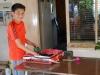 15 Lautaro (13), oudste zoon van Marco en Claudia, plant zaadjes van groene pepertjes in een bakje