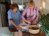28 na gekookt en 12 uur rust is de vlierbloesemsiroop klaar om door een doek uit te laten lekken