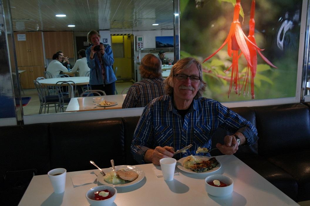 10 ons tafeltje gedekt, genieten van de goed verzorgde maaltijden aan boord