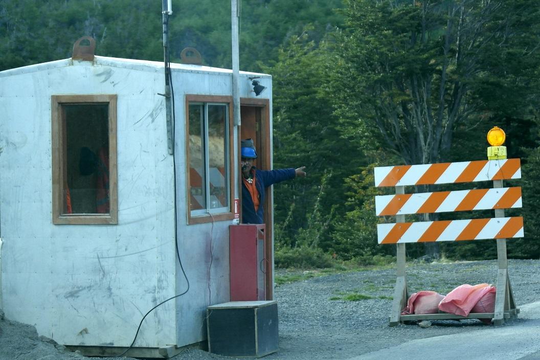 02 op een gedeelte waar men onderhoudswerkzaamheden verricht wordt het verkeer geregeld op deze smalle bergpas naar Torres del Paine