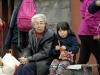 04 Oma en kleindochter, het hele vissersgezin aanwezig bij de verkoop en hoop op goede klandizie