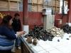 11 vissersechtpaar Carla en haar echtgenoot bij hun marktkraam met zeevruchten,schaal en schelpdieren