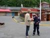 23 enthousiast en geinteresseerd gesprek met de parkeerwachter van Angelmo vismarkt