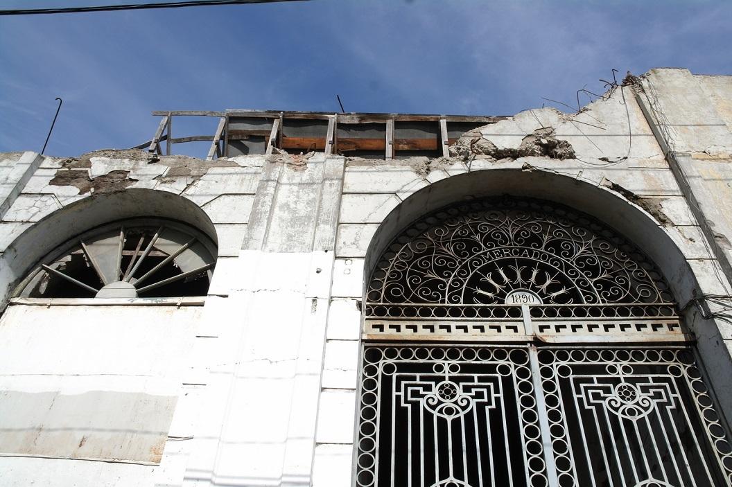 03 onherstelbare grote beschadigingen van ca 5 jaar geleden nog steeds in de stad zichtbaar, geen geld voor herstel