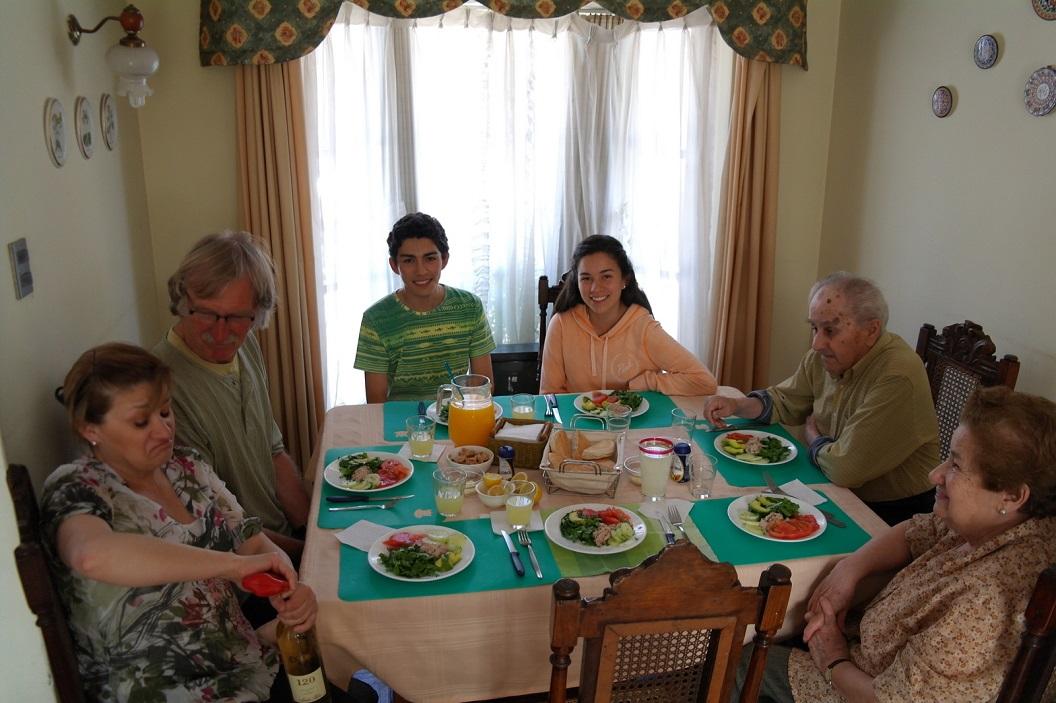 12 uitgenodigd bij Fanny Rojas, samen met haar ouders en twee kinderen dochter Mariane en zoon Filippe