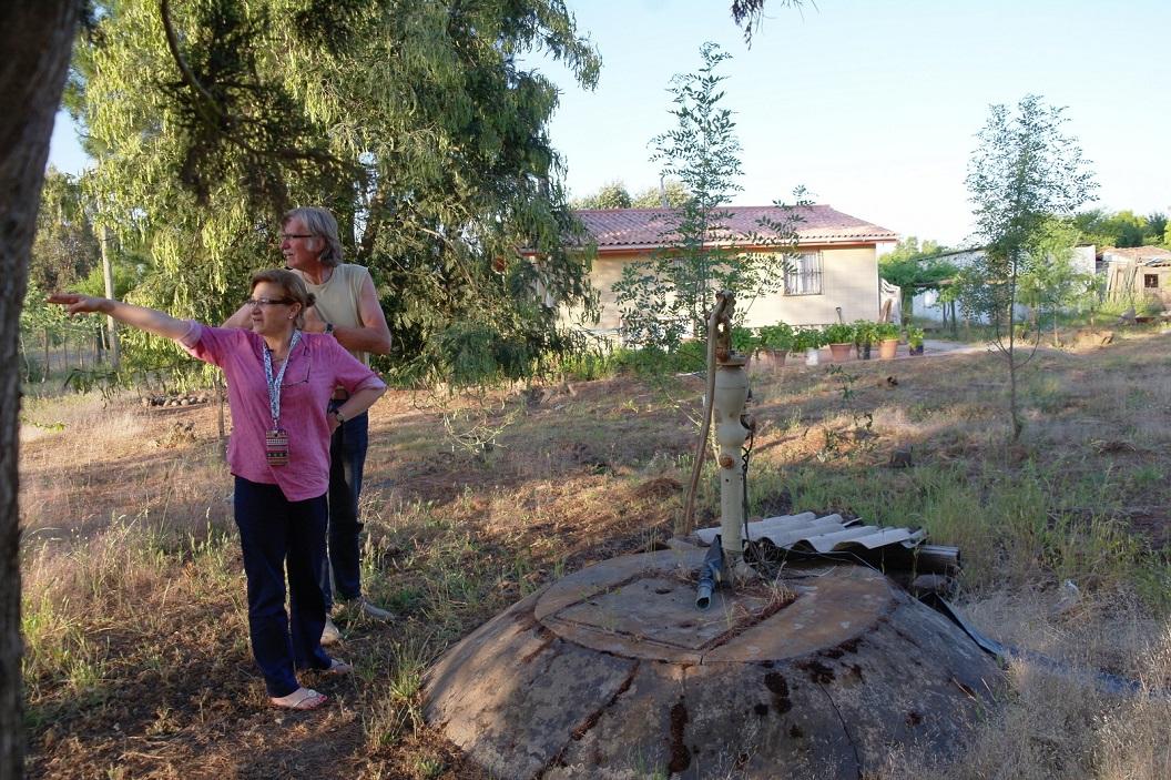 13 in de avond bezoeken we de plek waar Fanny is geboren, hun boerderij indertijd door aardbeving verwoest. De regering heeft geholpen bij herbouw van kleine woning, de waterpomp is blijven staan