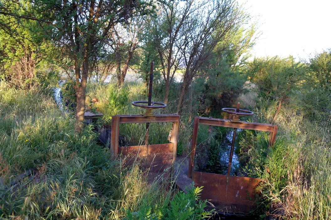 15 sluizen voor de waterregeling op het land van haar broer Patrick