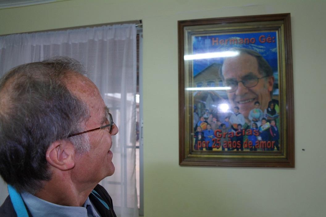 25 Broeder Gerard van Vught (76 jr), werkzaam en aangesloten bij de Congregatie van Maastricht, aan de muur ter ere van zijn 25 jarig jubileum, verbonden aan deze school San Antonio
