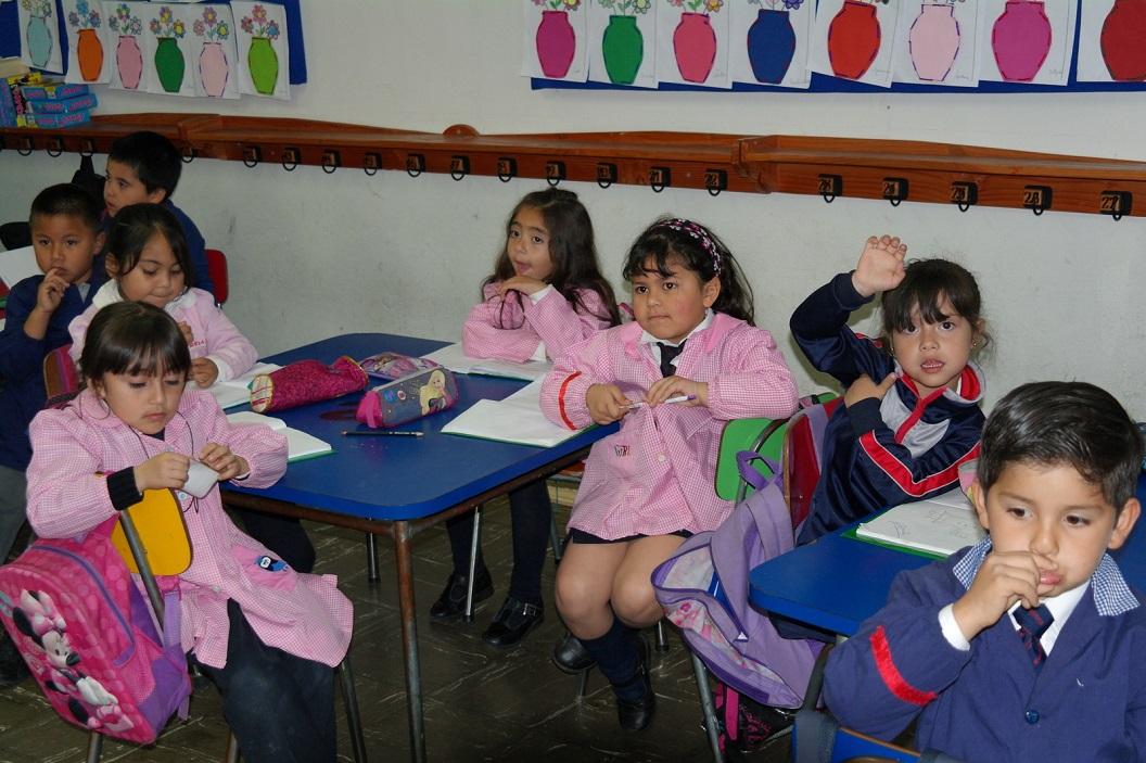 30 bezoek aan het kleuterklasje, de kinderen krijgen alle gelegenheid ons vragen te stellen, enthousiast, nieuwsgierig en gezellige sfeer