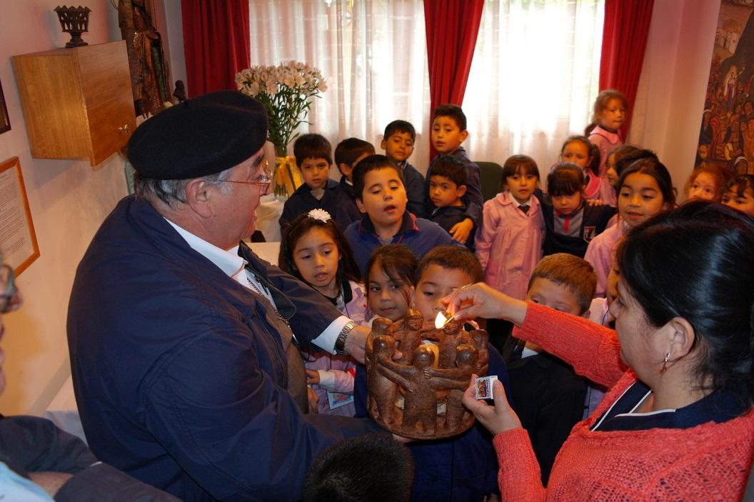 34 samen aansteken van de kaars voor Vrede en Vriendschap