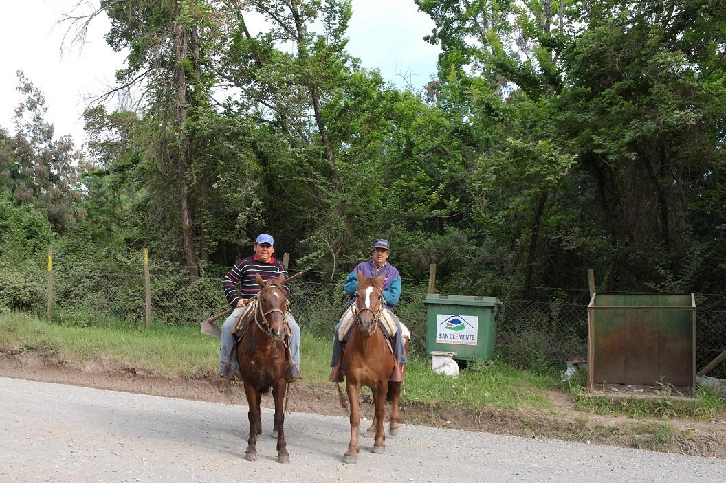 41 passerende boeren te paard, staan even stil, tijd voor een praatje, kennismaking
