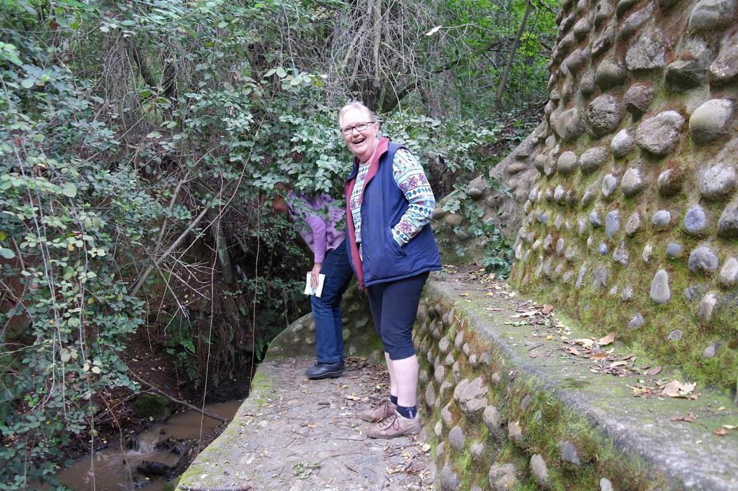 45 Anita laat het knusse terugtrek plekje zien door haar ontworpen, een prachtige muur met bankje bij het riviertje, voorheen was het een soort van afgrond