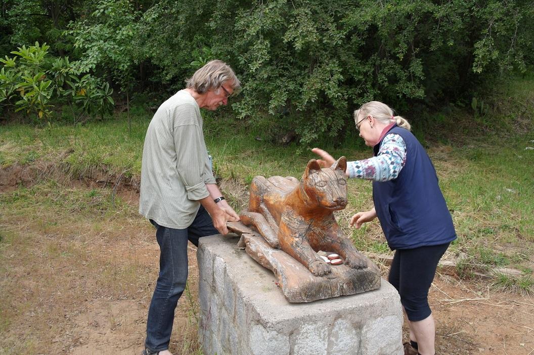 46 Het beeld -de Leeuw- kreeg bij de opening van het project een belangrijke plaats, omgeven door steentjes met alle namen van de medewersters en medewerkers. Nu aan nieuwe laklaag